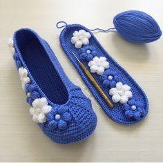 #mavi #çokmuçokmaviyiz 🧿🧿🧿 . @nazli_nin_dunyasi_ 👈🏻 . . . . . . . . . .… Crochet Quilt, Crochet Slippers, Crochet Home, Knit Crochet, Crochet Designs, Crochet Patterns, Giraffe Crafts, Make Your Own Shoes, Diamond Shoes