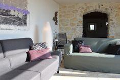 Gite rural pour 15 à 16 personnes en Provence, piscine chauffée. Grand Gite, Gite Rural, Sofa, Couch, Provence, Furniture, Home Decor, Bedroom, Settee