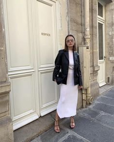 tops off her monochrome look with a pair of statement sunnies 😎 via Bar Outfits, Classy Outfits, Fashion Outfits, Eyewear Trends, Mode Simple, Casual Street Style, Autumn Winter Fashion, Fashion News, Women Wear