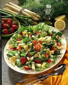 Our popular recipe for asparagus salad with strawberries and more than other free recipes on LECKER. Our popular recipe for asparagus salad with strawberries and more than other free recipes on LECKER. Easy Summer Meals, Summer Salads, Summer Recipes, Summer Drinks, Asparagus Salad, Asparagus Recipe, Healthy Grilling Recipes, Healthy Salad Recipes, Eggplant Dishes