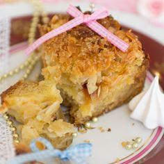 Lockerer saftiger Apfelkuchen mit Mandeln und Vanillepudding