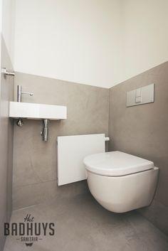Badkamer met warme uitstraling en ruime inbouwkast | Het Badhuys Breda