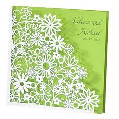 """Hochzeitseinladung """"Dalia"""" - Außergewöhnliche Einladungskarte bestehend aus einer vorsichtig ausgestanzten Außenkarte mit Ranken- und Blumenmuster und Innenkarte in kräftigem Grün"""