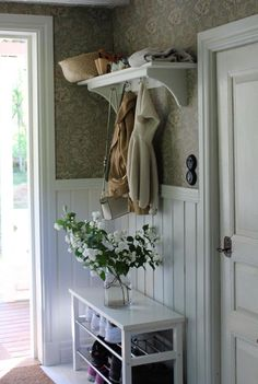 Nice hallway to the cottage. Good with wallpaper electricity painted at the top and hat shelf with hooks. Nice hallway to the cottage. Good with wallpaper electricity painted at the top and hat shelf with hooks. Cozy Cottage, Cottage Style, Cottage Hallway, Hat Shelf, Design Retro, Estilo Country, Foyer Decorating, Farmhouse Decor, Entrance