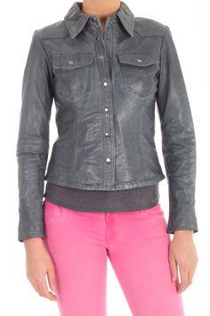 Dit blouse jack van Goosecraft, Jacket 107, is een kort leren blouse jacket met met drukknopen en ritsjes in de mouwen. De kleur is Grey. De wassing van het leer is Goat Denim Washed. Artikel: Jacket 107  101310035.