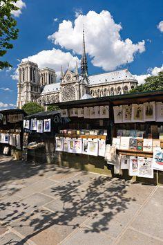 Bouquinistes sur les bords de Seine à Paris