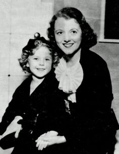Shirley Temple with Janet Gaynor on the set of Stand Up and Cheer, Janet Gaynor, Barbara Windsor, Popular Actresses, Gifted Kids, Silent Film, Classic Films, Best Actress, Old Movies, Vintage Beauty