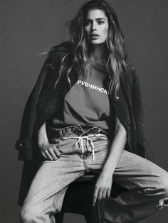 long wavy hair, trench coat, tee & jeans with rope belt #style #fashion #doutzenkroes