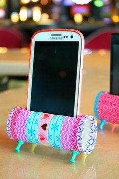 Cheap Smartphones - repose téléphone avec seulement un rouleau de papier toilettes (vide bien sûr) pour la base (le socle, repose téléphone quoi) , du masking tape pour la déco et quatre punaises pour les pieds de lobjet :)