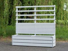 Sichtschutz / Rankgitter mit Pflanzkasten aus Holz. Oberfläche: Deckend Geölt Lichtgrau