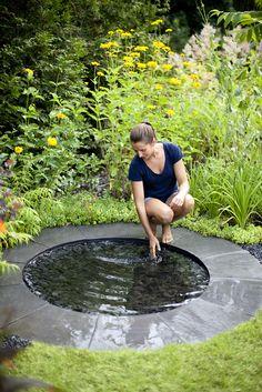 espejo circular agua fuerte de piedra y al jardín desde WWW.studio más blog.com