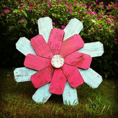 Decoration for back porch. Pallet Crafts, Pallet Art, Wooden Crafts, Pallet Ideas, Barnwood Ideas, Fence Board Crafts, Old Fence Boards, Tin Can Flowers, Wood Flowers