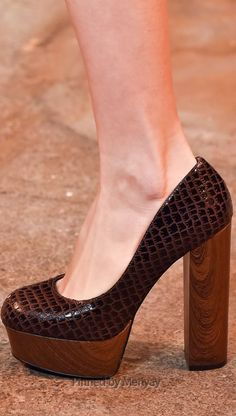 Christian Siriano Fall 2015 Ready-to-Wear Collection Shoes Walk In My Shoes, Me Too Shoes, Boots And Leggings, Hot Shoes, Women's Shoes, Shoe Department, Christian Siriano, Beige, Fashion Heels