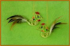Hahn und Henne aus Holzspan mit echten Federn