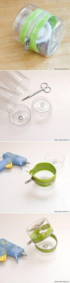 DIY: einfache Plastikflasche wiederverwenden. Mit dieser Idee lassen sich kleine Behälter basteln und sind ideal geeignet für kleine Knöpfe, Haargummis und anderes Kleinzeug.