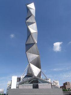 estructuras llamativas pero no esta en completa armonía con su estructura base, el uso de un solo material muy minimalista.