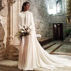 Novias de invierno ❄️ muy elegantes ! #bodas2018 #robedemariee #vestidonoiva #vestidosdenovia Modest Wedding, Wedding Dresses, Wedding Events, Weddings, Special Day, Wedding Styles, Designer Dresses, One Shoulder Wedding Dress, Wedding Planner