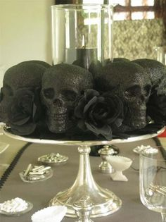 Ideas Original to decorate your table this season 20 Ways to Decorate Your Table For A Halloween Dinner Party Ideas Original to decorate your table this season Homemade Halloween Decorations, Halloween Party Decor, Halloween Crafts, Spooky Decor, Halloween Dinner, Holidays Halloween, Happy Halloween, Chic Halloween, Halloween Bunco