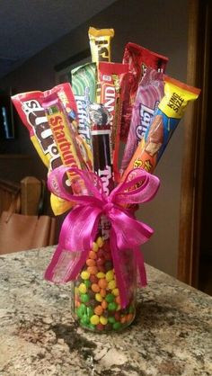 Christmas DIY: Candy bouquet mason Candy bouquet mason jar and skittles hot glue candy to dowels Candy Arrangements, Candy Centerpieces, Candy Bouquet Diy, Gift Bouquet, Christmas Candy, Christmas Diy, Diy Birthday, Birthday Gifts, Craft Gifts
