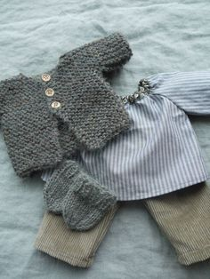 Gilet tricoté gris, blouse raglan froncée et pantalon velours. Attention à la taille des aiguilles: US? ou européenne?
