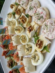 A simple, but delicious bite . A slice of cucumber, piece of brie, a walnut and finally a drop of honey Are you organizing a brunch or high tea soon? 9 delicious and healthy sna . Snacks Für Party, Easy Snacks, Appetizers For Party, Appetizer Recipes, Party Recipes, Tapas, Food Platters, No Cook Meals, Finger Foods
