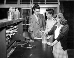 Chemistry Department – unidentified  students. Downtown campus. Photo by Shaeffer-Brown.
