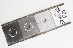 35mm filmrol / aftellen van ouderwetse filmprojector / materialen : wit canvas + graffiti + stift + 35mm filmrol