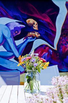 Klare Glasvasen in wunderschönen weichen Formen schmeicheln dem Auge und bieten Blumen, den Platz den sie zum Wirken brauchen.  Und als super Extra sind die Glasvasen aus Eco-Glas, also aus recyceltem Gläsern und Flaschen hergestellt.  Schönheit trifft Umweltbewusstsein. Painting, Clear Glass Vases, Recycled Glass, Glass Bottles, Recyle, Eye, Florals, Nice Asses, Painting Art