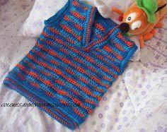 Un tejido fácil y colorido, especial para regalar a los pequeñitos de la familia... Más en detalle les muestro el escote en V, se teje de... Crochet For Boys, Love Crochet, Crochet Baby, Baby Knitting Patterns, Crochet Patterns, Kids Vest, Baby Kids, Baby Boy, Baby Sweaters