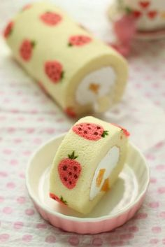 Japanese roll cake What a cute little cake!! How is this even possible!? Maybe it's painted with juice or something!