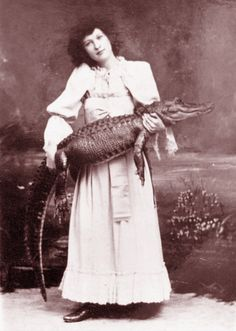 Alligator Charmer, Barnum & Bailey Circus, 1894 Looking for Helmut Newton's photo of Alligator swallowing nude. Old Circus, Vintage Circus, Creepy Vintage, Vintage Halloween, Vintage Pictures, Vintage Images, Barnum Bailey Circus, Sideshow Freaks, People Poses