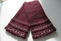The Taru wristwarmers in burgundy colour