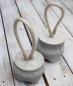 Doorstops-fill the bottom of plastic bottles with concrete and add a bit of rope. Cement Art, Concrete Crafts, Concrete Projects, Concrete Cement, Concrete Furniture, Concrete Design, Diy Gym Equipment, Beton Diy, Papercrete