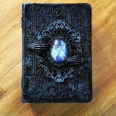 Objet Harry Potter, Buch Design, Magical Jewelry, Weapon Concept Art, Witch Aesthetic, Handmade Books, Handmade Journals, Magic Book, Journal Covers