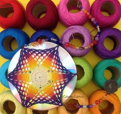 Mandala feita em croch� sobre CD reciclado. Fio de contas para pendurar em salas, quartos ou onde sua imagina��o mandar. <br>O reflexo na parede quando o sol bate � lindo! <br>Um �timo presente!