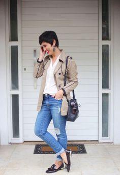 calça jeans lavagem índigo skinny rasgada, camisa branca de seda, trench coat cáqui, mocassim envernizado marrom com tessels