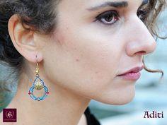 ADITI: Boucles d'oreille artistiques féminins fait à main, pièces uniques précieuses Unique Art, Jewelry Art, Drop Earrings, Boucle D'oreille, Locs, Artist, Bijoux, Fashion Jewelry, Dangle Earrings