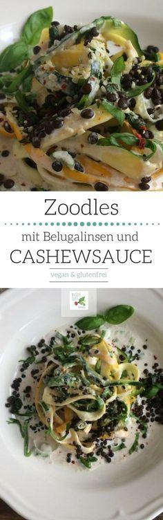 Das perfekte Sommergericht für den Spiralschneider: Zoodles aus grünen & gelben Zucchini, dazu proteinreiche Belugalinsen, eine cremige Cashewsauce und frisches Basilikum.  Rezept-Kategorie: Hauptmahlzeit; Sommer   vegan   glutenfrei   low-carb