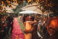 El primer beso de una laaaarga lista...     #besazo #bodarustica #weddingbarcelona #fotografodebodas #fotografodecasamento @canribas