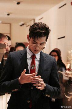 Look at how he is beautiful Kris_Wu Kris Exo, Tao Exo, Luhan, Rapper, Kim Minseok, Wu Yi Fan, Models, Exo Members, K Idols