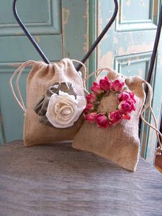 Pretty burlap favor bags embellished with real & fabric flowers❣ Bilancia Designs