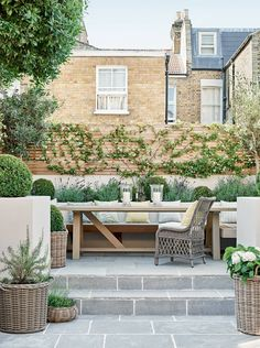 A London house that is the perfect blend of city and country style With its mix of clean lines and natural textures, the townhouse of interior designer Emma Sims-Hilditch pays homage to its London setting, while serving as a reminder of her rural roots. Patio Diy, Backyard Patio, Backyard Landscaping, Sunken Patio, Small Courtyard Gardens, Small Courtyards, Small Garden Patios, Small Back Garden Ideas, Small Garden Inspiration