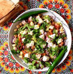 Salatka z ciecierzycy z pomidorami, pietruszka i feta - SUPER!