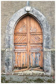 jarri mimram Bugnein, la porte latérale de l'étrange petite église