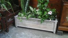 Vecchie assi di perlinato e la spalliera di una sedia....diventano una fioriera in stile Shabby Chic