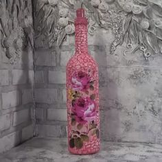 An interesting idea to decorate a bottle! By: Sergeich An interesting idea to decorate a bottle! By: Sergeich Liquor Bottle Crafts, Wine Bottle Art, Painted Wine Bottles, Decorated Bottles, Bottle Bottle, Pink Bottle, Bottle Painting, Jar Crafts, Bottle Design