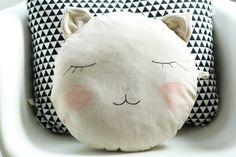 Kissen Schmusekatze // pillow cat by Fräulein Otten via DaWanda.com