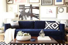 déco salon moderne - canapé bleu foncé, coussins en noir et blanc, table basse en bois massif et tapis en noir et blanc