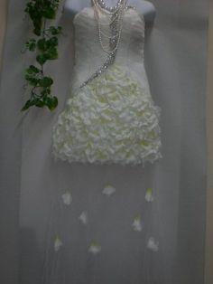 Amazon.co.jp: 豪華お花がいっぱいの透かしレースミニウエディングドレストレーンタイプMサイズ: 服&ファッション小物