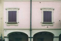 01 - Decorazione murale, trompe l'oeil che da l'illusione di modanature intorno alle finestre e sulla parete.
